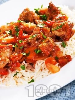 Печено свинско месо с домати, печени чушки, лук, червено вино в йенска тенджера поднесено върху варен ориз - снимка на рецептата